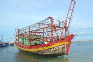 Tàu kiểm ngư lai dắt tàu cá hỏng máy về đảo Lý Sơn an toàn