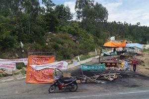 Đối thoại bất thành, dân tiếp tục chặn đường vào nhà máy xử lý rác ở Quảng Ngãi