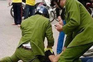 Trưởng công an bị cứa cổ khi khống chế gã say