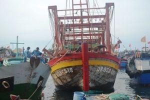 Lai dắt tàu cá cùng tám ngư dân gặp nạn về đảo Lý Sơn