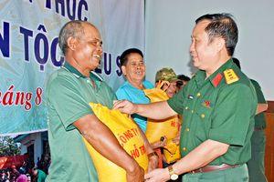Công ty 74 tặng gạo cho đồng bào dân tộc thiểu số nghèo vùng biên giới