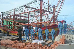 Quảng Ngãi: Lai dắt tàu cá bị nạn và 8 ngư dân về đảo Lý Sơn an toàn