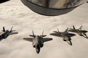 Tiêm kích tàng hình F-22 Mỹ đấu F-35 Na Uy