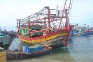 Tàu kiểm ngư lai dắt tàu cá bị nạn về đảo Lý Sơn an toàn