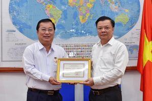 Bộ trưởng Đinh Tiến Dũng trao tặng Kỷ niệm chương 'Vì sự nghiệp Tài chính Việt Nam' cho Chủ tịch UBND tỉnh Sóc Trăng