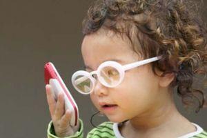 Không chỉ hỏng mắt mà thần kinh trẻ cũng bị ảnh hưởng nếu dùng điện thoại quá sớm
