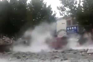 Clip: Khoảnh khắc xe chở hóa chất phát nổ cửa kính tòa nhà lân cận vỡ nát
