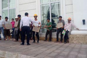 Hàng chục công nhân tập trung trước khách sạn 'dát vàng' đòi tiền
