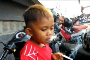 Kinh ngạc bé trai 2 tuổi nghiện thuốc lá, mỗi ngày hút 40 điếu