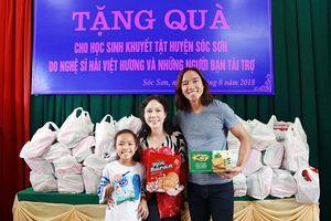Ấm lòng hình ảnh Việt Hương rạng rỡ bên chồng và con gái tặng quà cho trẻ em khuyết tật