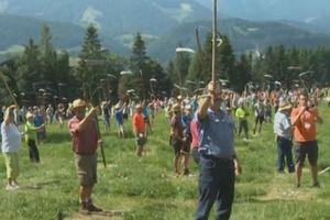 570 người cắt cỏ cùng lúc đạt kỷ lục Guinness Thế giới