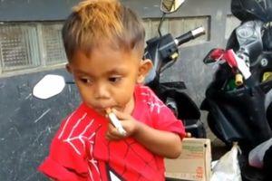 Sốc: Bé trai 2 tuổi nghiện thuốc lá, ngày phải hút 40 điếu