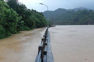 Mưa lớn sau bão, giao thông chia cắt, nhiều bản làng bị cô lập