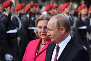 Tổng thống Putin dự đám cưới Ngoại trưởng Áo gây xôn xao