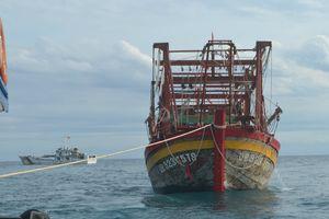 Lai dắt tàu cá hỏng máy cùng 8 ngư dân về đảo Lý Sơn an toàn