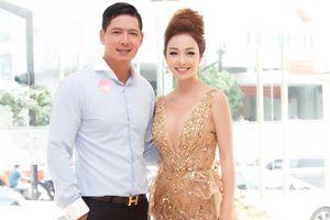 Jennifer Phạm lấp ló 'vòng 1', ngồi ghế 'nóng' cùng Bình Minh