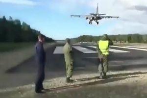 Tài xế Nga tròn mắt nhìn máy bay quân sự hạ cánh giữa đường cao tốc