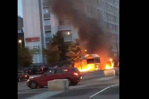 Clip: Nhóm thanh niên rủ nhau trên mạng xã hội, đốt cháy rụi 100 ô tô