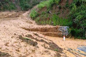 Sạt lở nhiều nơi ở Thanh Hóa, 1 người bị vùi lấp