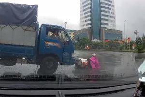 Nữ 'ninja' thoát chết sau cú đâm của xe tải giữa vòng xuyến