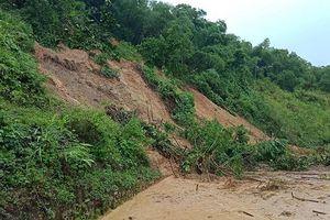 Nghệ An: Sạt lở đất chia cắt giao thông, nhiều nhà bị lũ nhấn chìm