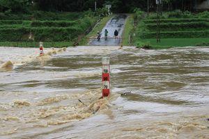 Đồng chí Phó Bí thư Thường trực Tỉnh ủy Đỗ Trọng Hưng kiểm tra tình hình mưa lũ trên địa bàn huyện Lang Chánh