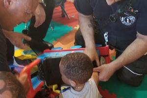 Đội Cứu hộ giải cứu đứa bé bị kẹt tay trong đồ chơi Thomas Tank Engine