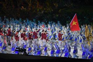VĐV Thành An cầm quốc kỳ Việt Nam tung bay ở lễ khai mạc ASIAD 18