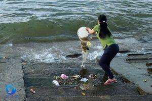 Vì sao dân xã du lịch ào ào đổ rác xuống biển