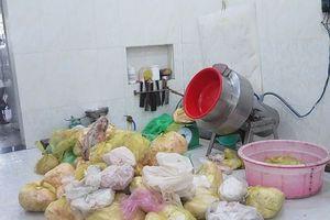 Rùng mình với cơ sở sản xuất chả lụa cạnh nhà vệ sinh ở TP.HCM