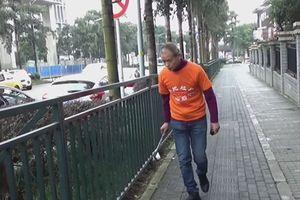 Triệu phú Trung Quốc có thói quen lập dị nhặt rác khắp đường phố