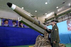 Giữa tâm bão vùng Vịnh, Iran ra mắt tên lửa trên tàu chiến