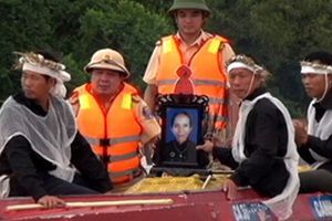 CSGT dùng canô đưa tang chạy lũ, tìm dân bị cô lập