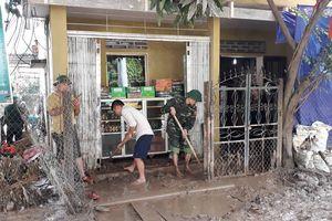 Giúp dân huyện Kỳ Sơn vét bùn, phòng trừ dịch bệnh sau mưa bão