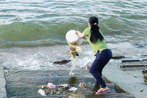 Nóng trên mạng xã hội: Bức xúc việc cửa biển biến thành bãi đổ rác