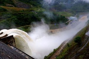 Sau mưa lớn, hàng loạt hồ ở miền Trung mở cửa xả lũ