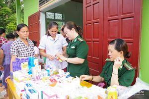 Tặng quà, khám cấp thuốc miễn phí cho dân bản vùng lũ