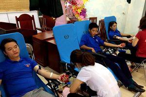 Gần 1.000 đoàn viên tham gia hiến máu ngày Chủ nhật đỏ