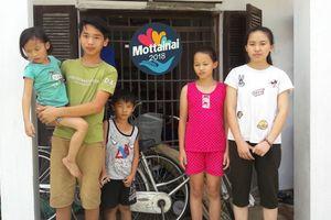 Nghẹn lòng nhìn 5 trẻ mồ côi tự chăm nhau qua ngày