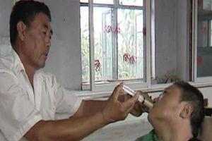Cảm động clip chồng 10 năm ân cần chăm vợ bại liệt