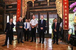 Đại tướng Mỹ thăm và dâng hương đền thờ Hai Bà Trưng