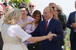 Tổng thống Putin khiêu vũ, 'bắn' tiếng Đức trong đám cưới Ngoại trưởng Áo
