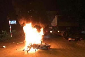 Hà Nội: Xe máy bốc cháy sau va chạm ô tô tải, 2 anh em ruột thương vong