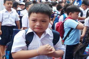 Học sinh lớp 1 mếu máo trong ngày đầu tựu trường
