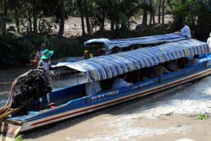 Cà Mau: Đò dọc chở 10 người va chạm trên sông, 1 người tử vong