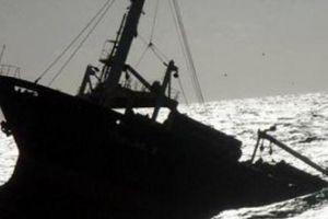 Bị tàu 'lạ' đâm chìm giữa biển, 6 người may mắn được cứu sống