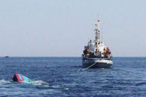 Bị 'tàu lạ' đâm chìm, 6 thuyền viên thoát chết