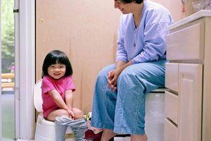 Cách mẹ thông thái xử lý khi trẻ phải ngồi nhà vệ sinh cả tiếng đồng hồ