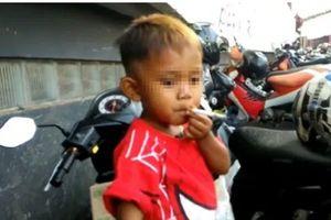 Em bé mới 2 tuổi, hút đến 40 điếu thuốc lá mỗi ngày