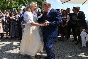 Tổng thống Putin khiến cả châu Âu bất ngờ khi tới dự lễ cưới Ngoại trưởng Áo